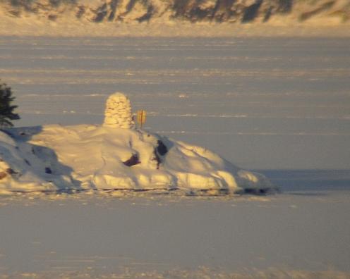 Kummeli kylpee talviauringossa