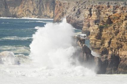 Maailmanlopun kallioilla tyrskyja