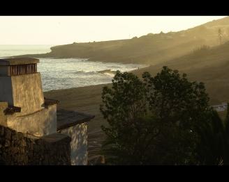 Praia de Luz talojen takaa