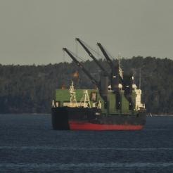 Hiililaiva odottaa proomua 2013