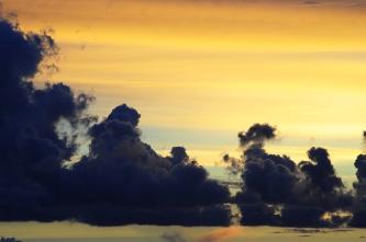 Pilvirintama kelluu taivaanrannassa