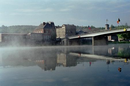 Meuse aamulla Ranskan ja Belgian rajalla Givet