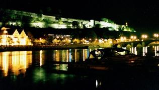 Namur linnan linnanmuurin alla yksinäinen vene