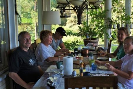 Miehistö päivällisellä kotona